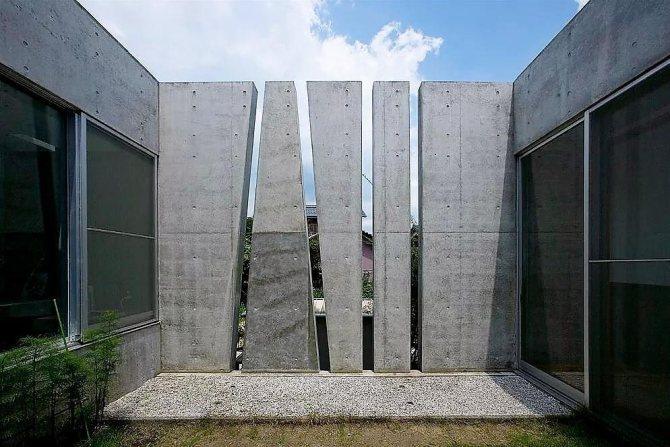 Бетонные стелы на садовом участке в стиле хай-тек