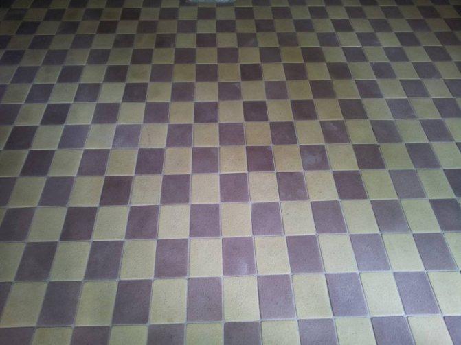 Брусчатка, выложенная рядами в шахматном порядке