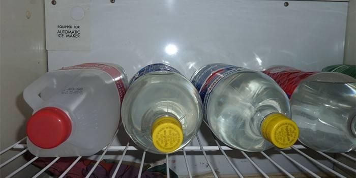 Бутылки с домашней водкой в холодильнике