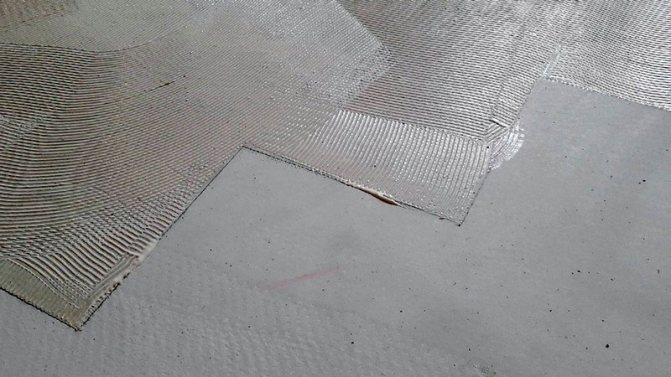 Чем и как приклеить линолеум к бетону