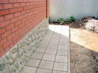 Чем покрасить бетонную отмостку вокруг дома?