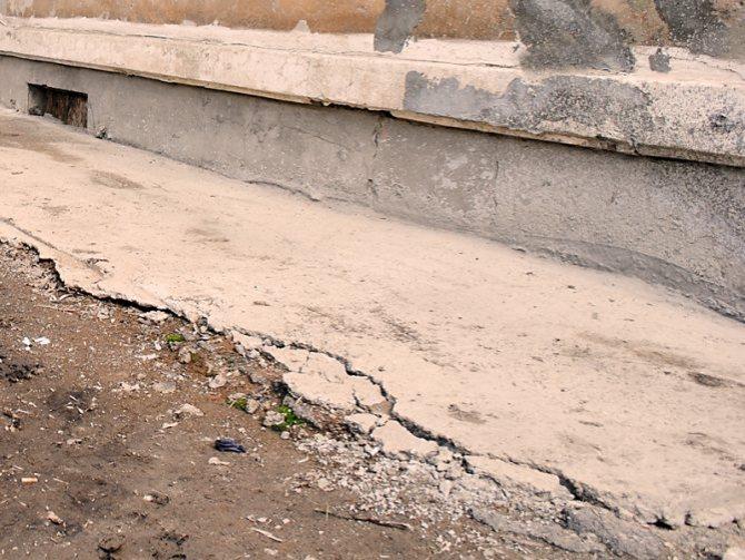 Чем покрасить бетонную отмостку