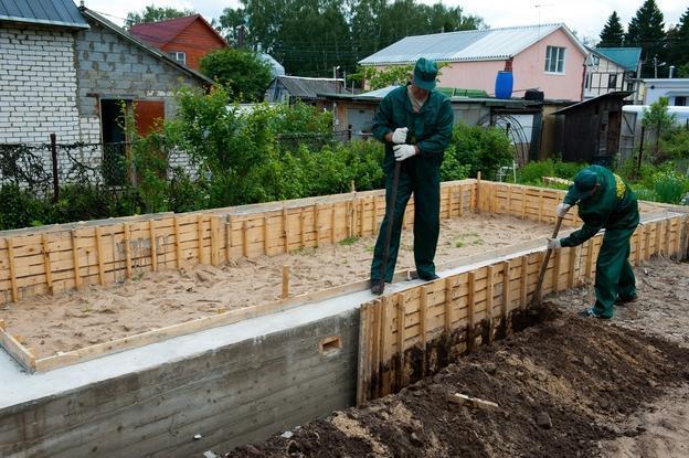 через сколько дней после заливки фундамента можно снимать опалубку осенью