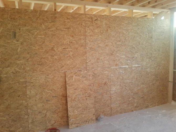 Чтобы закрепить ОСБ-плиту на стене, нужна обрешетка, устанавливающаяся к каркасу здания