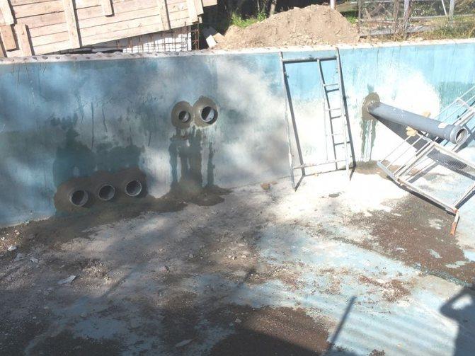 Дегидрол. Выполнена заделка стыка бетона с пластиковыми трубами. Этап увлажнения