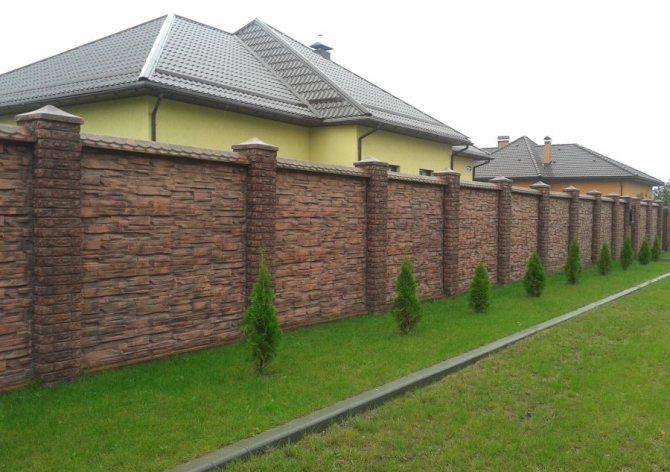 Декор бетонного забора природным камнем