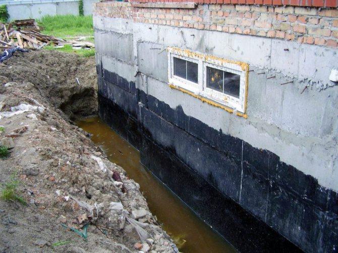Для этого придется по периметру выкопать траншею шириной до метра и глубиной с сам фундамент