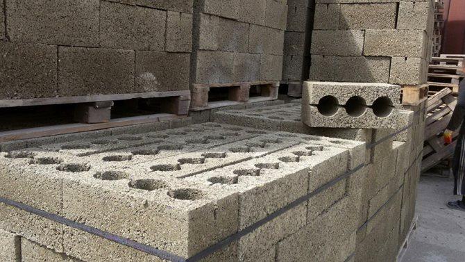 Для облегченных построек могут использоваться пустотелые фундаментные блоки