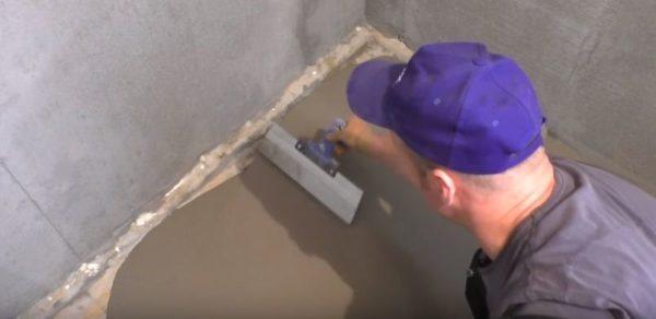 Для распределения раствора по полу используется шпатель