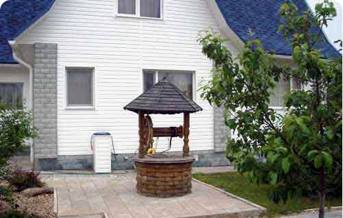 Для того, чтобы осуществлся отвод поверхностной воды из колодца, необходимо соорудить отмостку.