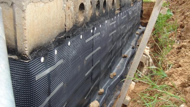 Если это мембрана – нужно обеспечить вентиляцию между стеной и гидроизоляцией для испарения влаги