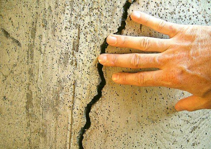 Если замешаете и оставите бетонную смесь при отрицательной температуре, получите в результате хрупкий материал, в котором замерзшие кристаллы воды разорвут все соединения