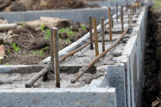 ФБС блоки предназначены для устройства прочных и надежных фундаментов различных зданий, поскольку способны «держать» самые высокие нагрузки