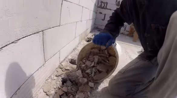 Фото засыпка боя газобетона в крепежные отверстия плит ППК