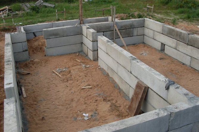 Фундамент из блоков ФБС. Фото с сайта construction-pictures.starpix.ru