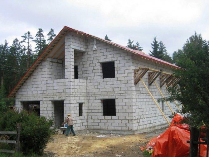 Газосиликатный блок производства КСМ Старый Оскол марки D-500 и D-600 является конструкционным. Строительными нормами из конструкционного газосиликата допускается строительство жилых домов до 3-х этажей