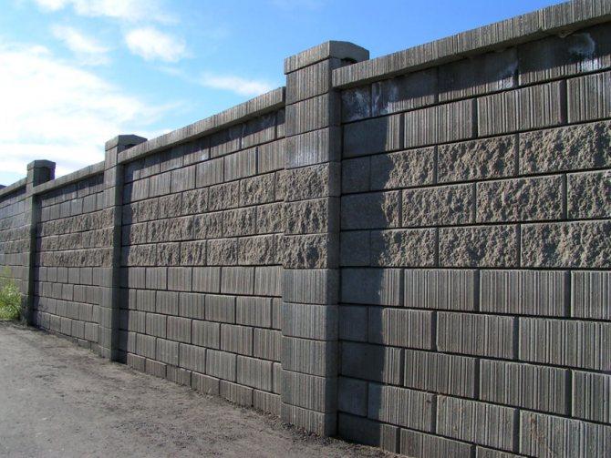 Глухой забор из отдельных бетонных блоков
