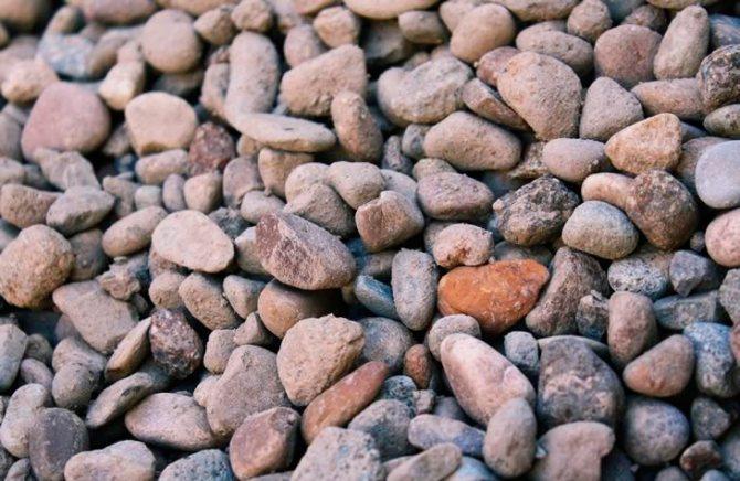Гравийный щебень имеет гладкую поверхность и может быть разного цвета