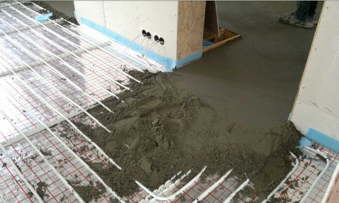 грунтовка наливного пола с упрочненным верхним слоем в комнате