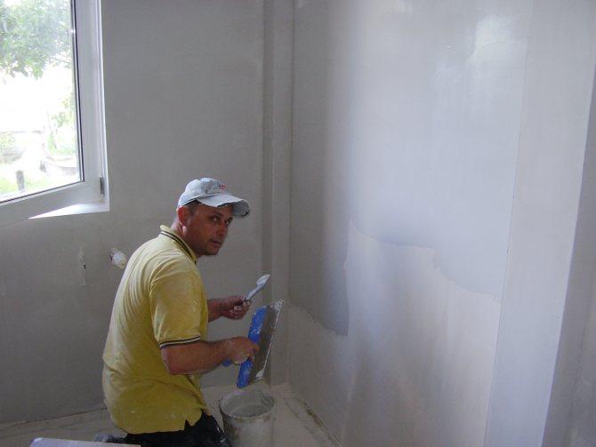 идея использования шпаклевки стен под обои в отделке квартиры