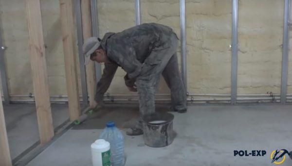 Использование валика для нанесения грунтовки