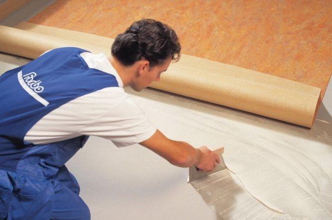 Как клеить линолеум прямо на бетонный пол и зачем это делать