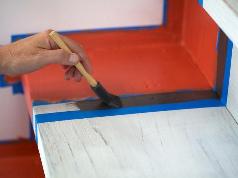 как красить деревянные лестницы - пример