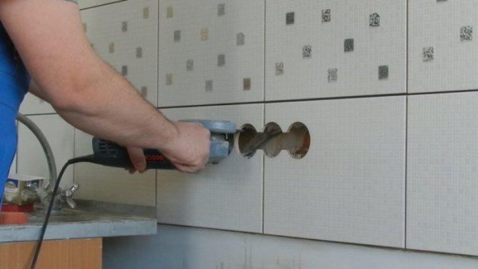 Как просверлить плитку под розетку и не сломать её?