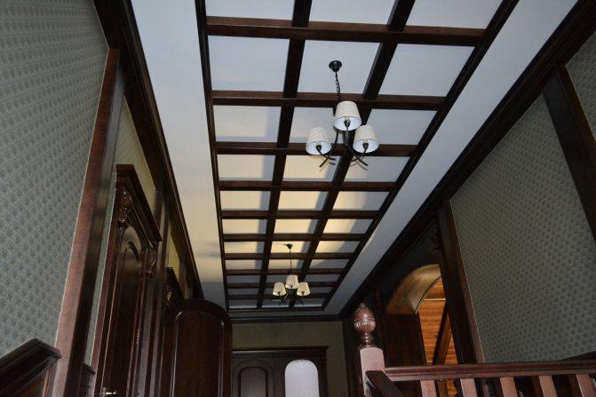 Кессонный потолок в виде балок