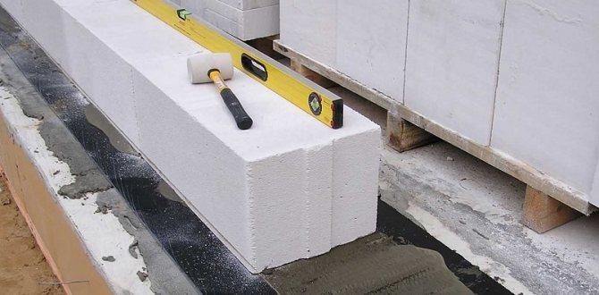 Кладка первого ряда газобетона на ленточный фундамент