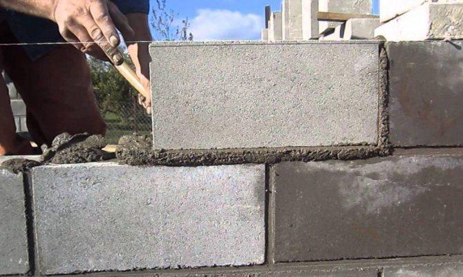кладка пескоцементных блоков
