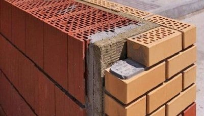 Кладка стены из керамического кирпича