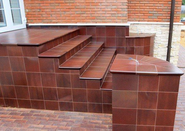 Клинкерное покрытие бетонной лестницы сделает ее практически вечной.