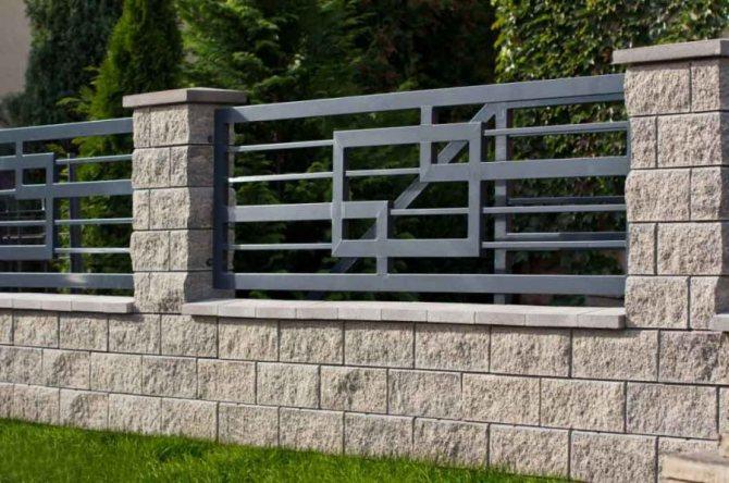 Комбинированная ограда из металла и бетонных блоков