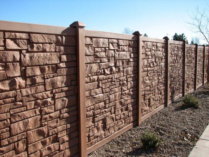 Красивый забор из бетона на садовом участке