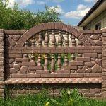 Красивый забор из железобетона на загородном участке