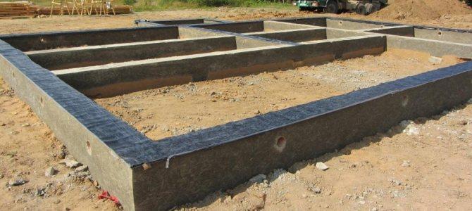 Ленточный фундамент после заливки и гидроизоляции