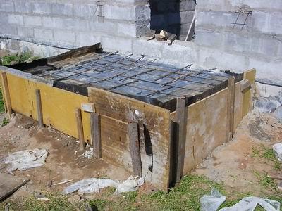 Любительское фото готовой опалубки с установленной гидроизоляцией и арматурой
