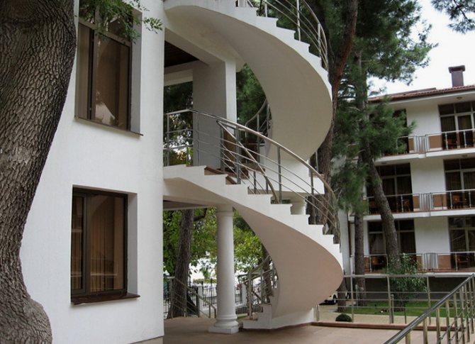 Монолитная винтовая наружная лестница из бетона