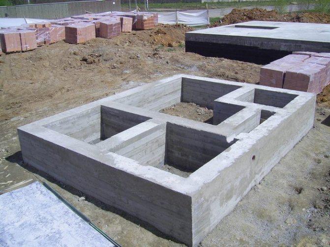 монолитный фундамент или ленточный