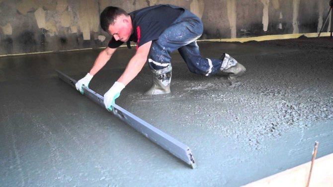 монтаж бетонного пола с упрочненным верхним слоем в комнате