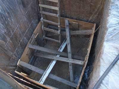 Монтаж опалубки и заливка стен