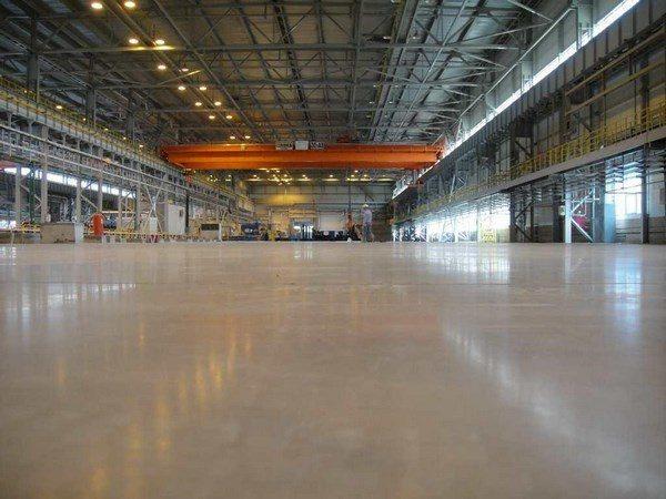 На фото – окрашенный бетонный пол в производственном помещении