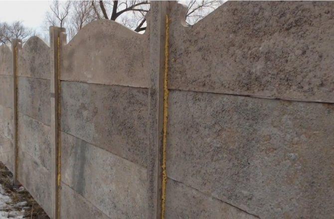 Наборной бетонный забор внутри