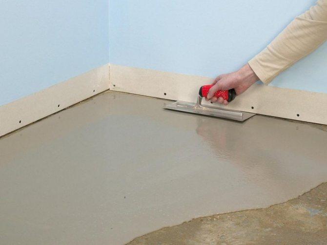 Нанесение выравнивающего слоя на бетонную стяжку