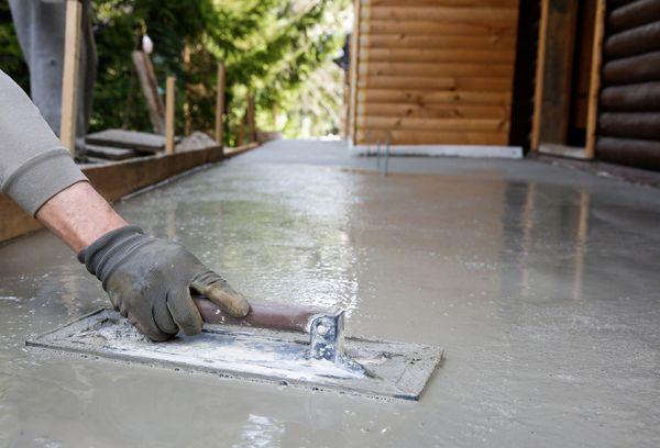 Нанесение жидкого стекла на бетон