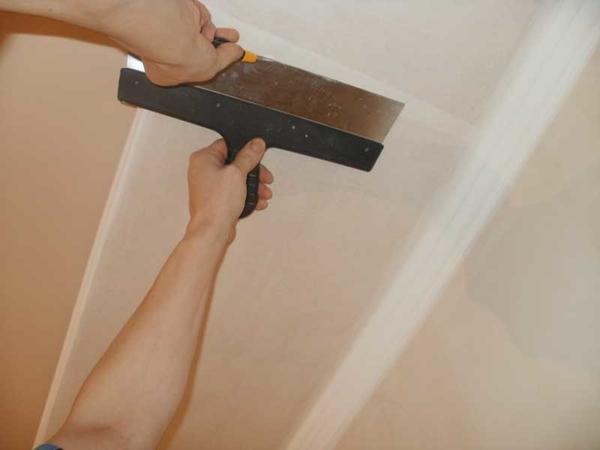 Обязательным этапом ремонтных работ перед монтажом гипсокартона является шпаклевание поверхностей стен