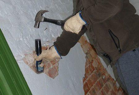 Очистка стены от старой шпатлевки