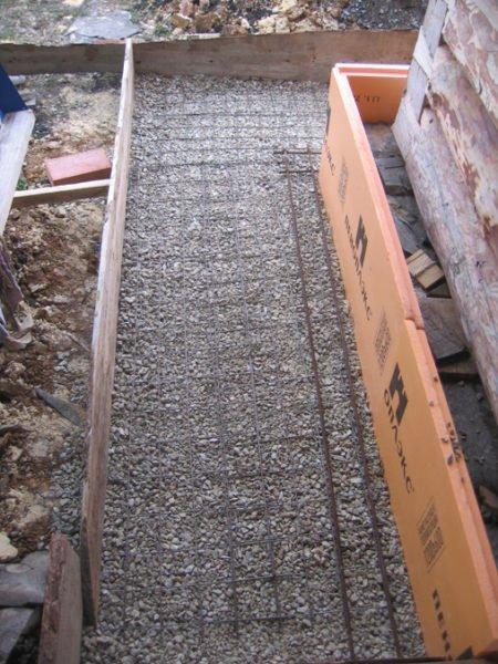 Опалубка нужна при заливке утепленной отмостки бетоном.