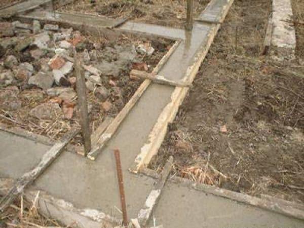 Опалубка с залитым в нее бетонным раствором
